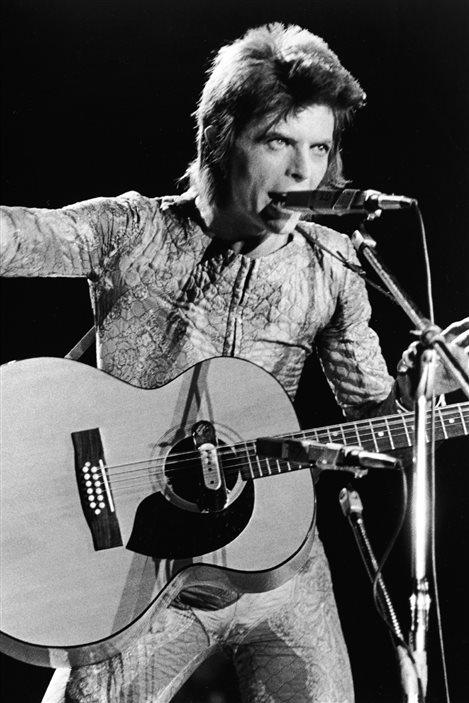 En 1972, David Bowie introduit le personnage de Ziggy Stardust, une star du rock androgyne