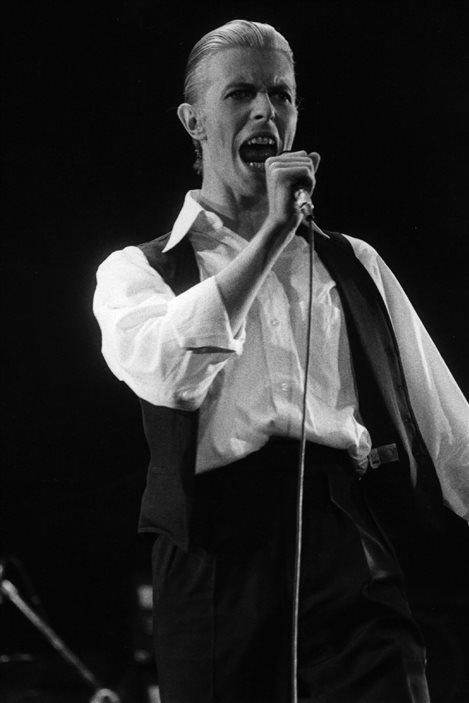David Bowie sur la scène du stade Wembley à Londres le 27 mai 1976