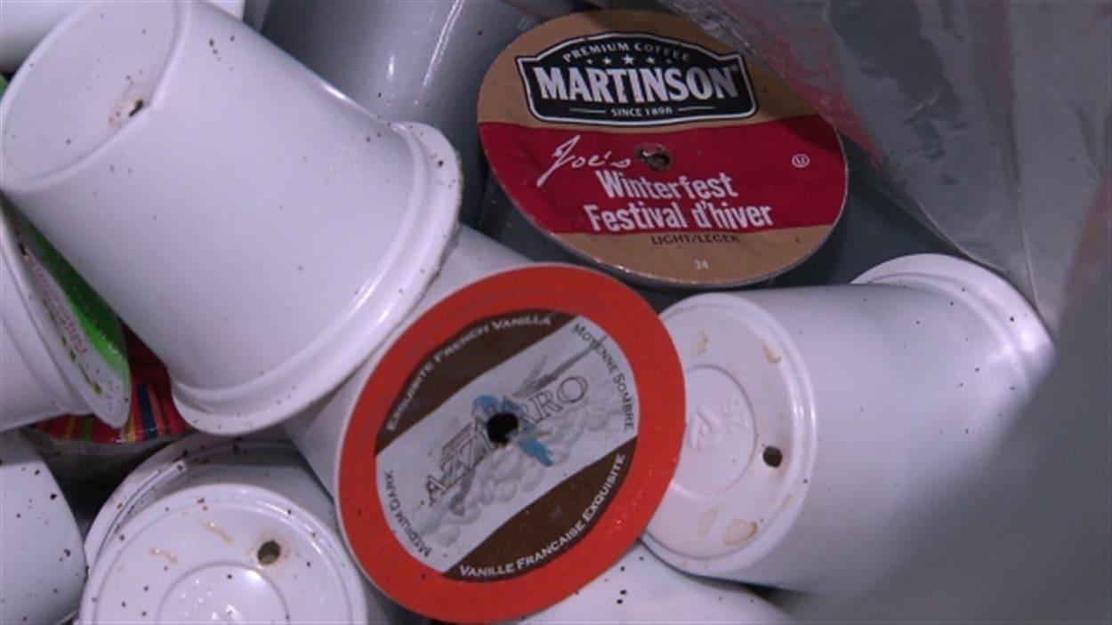 Des capsules de café dans une poubelle