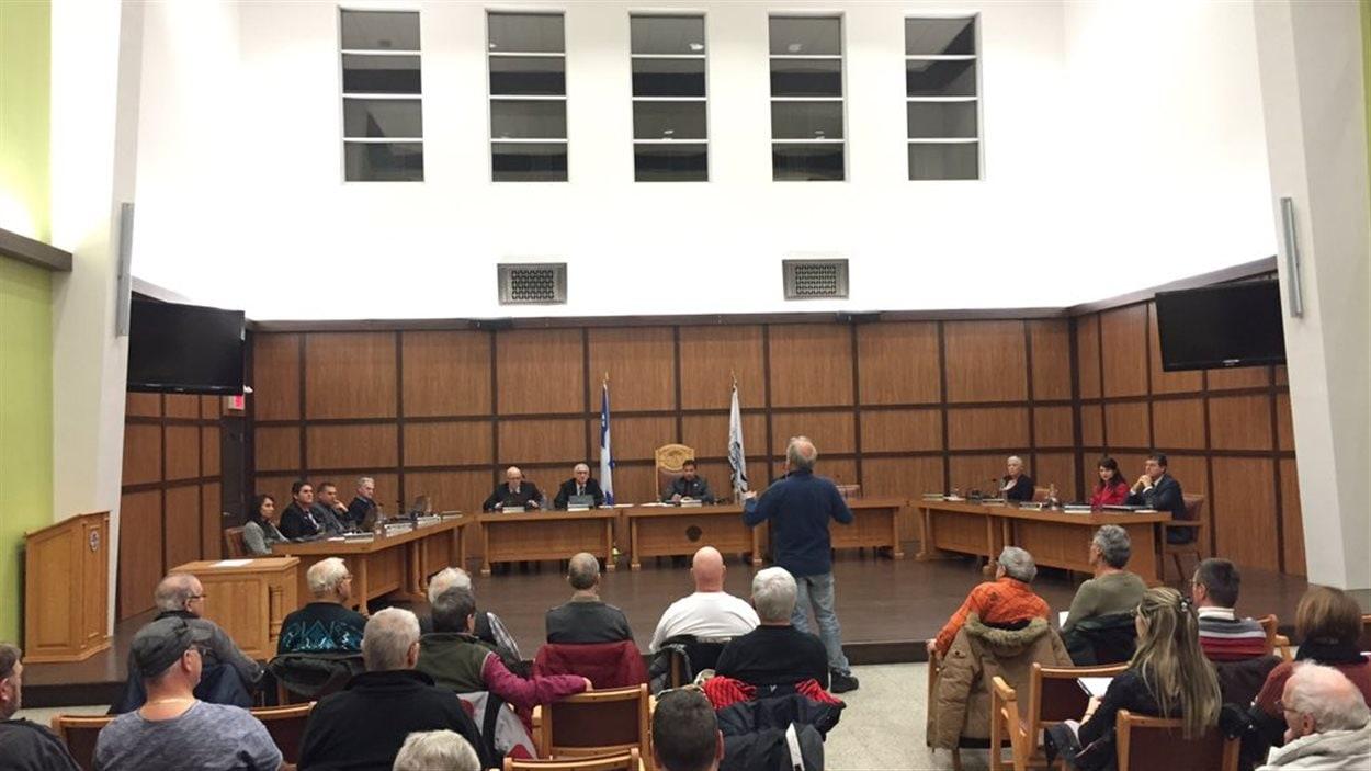 Un citoyen s'adresse aux élus lors d'une séance du conseil municipal de Shawinigan.