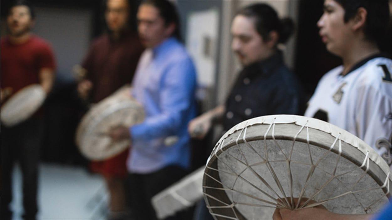 Des membres de l'organisme Kwi Awt Stelmexw qui défend la culture de la Première Nation Squamish.