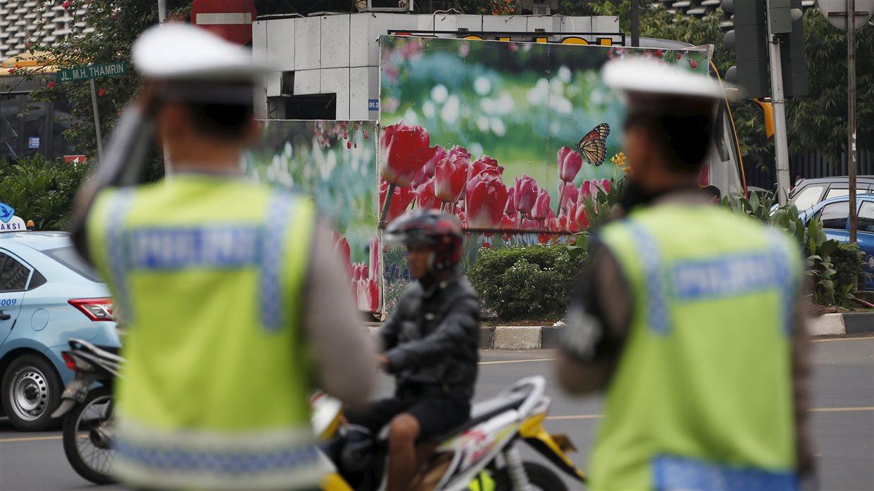 La police indonésienne est sur le qui-vive au lendemain des attentats meurtriers dans le centre de Jakarta, revendiqués par le groupe armé État islamique.