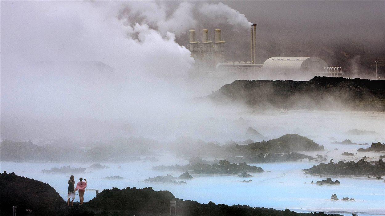 L'énergie géothermique est notamment utilisée pour la production d'électricité en Islande. L'eau chaude sert aussi à alimenter les bains publics.
