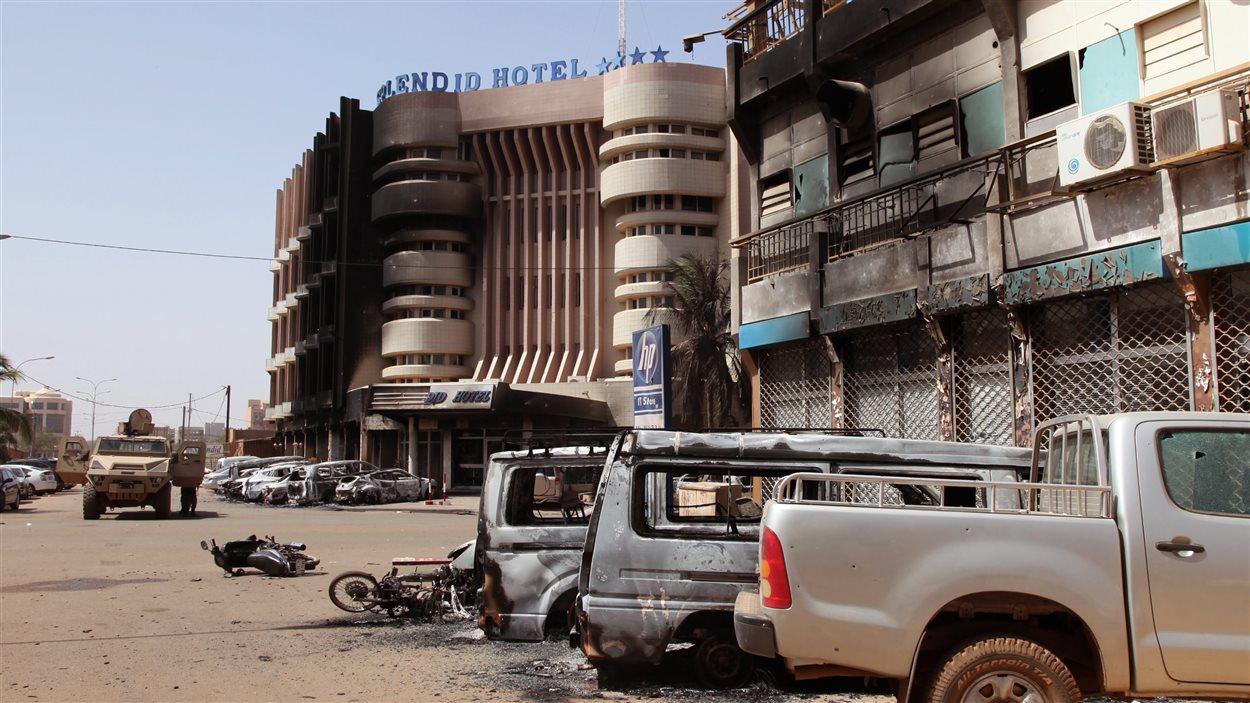 Des voitures brûlées près de l'hôtel Splendid,  après l'attaque d'un commando djihadiste à Ouagadougou, au Burkina Faso