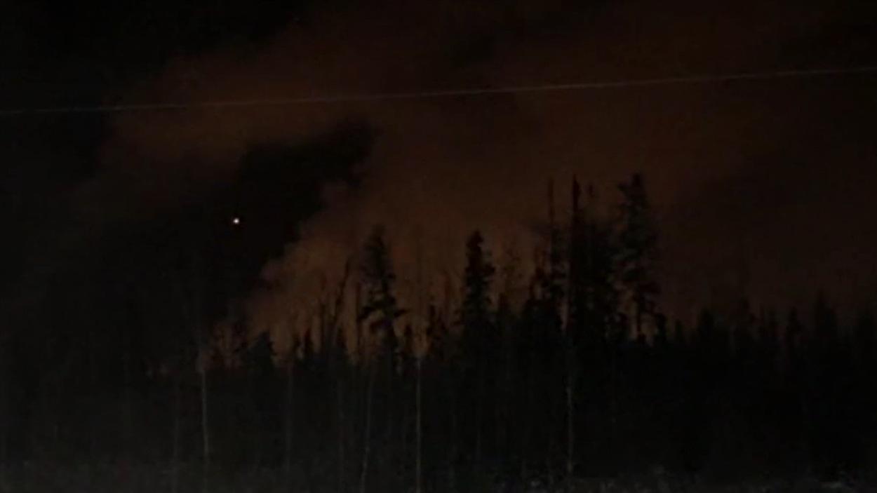 De la fumée s'échappait encore de l'usine plusieurs heures après l'explosion.