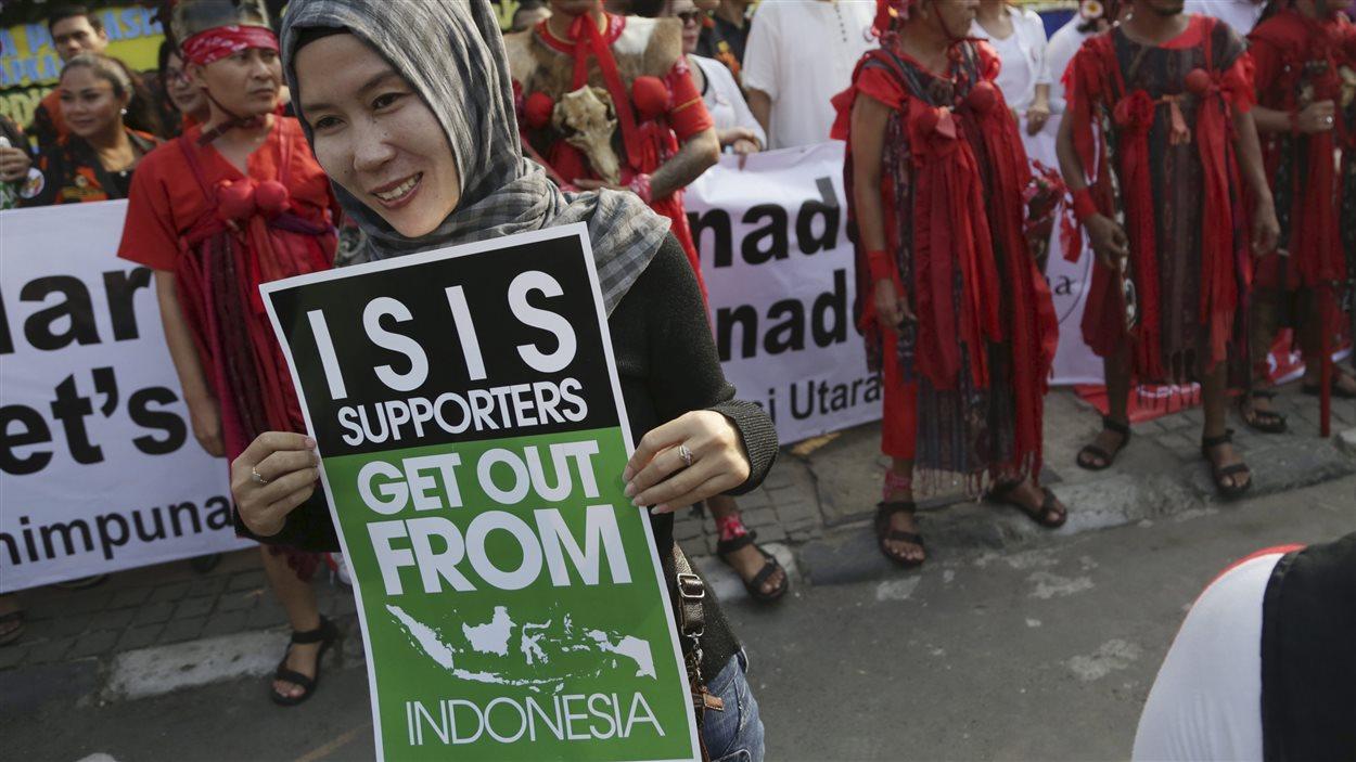 Une musulmane de Jakarta proteste contre la présence de djihadistes dans son pays.