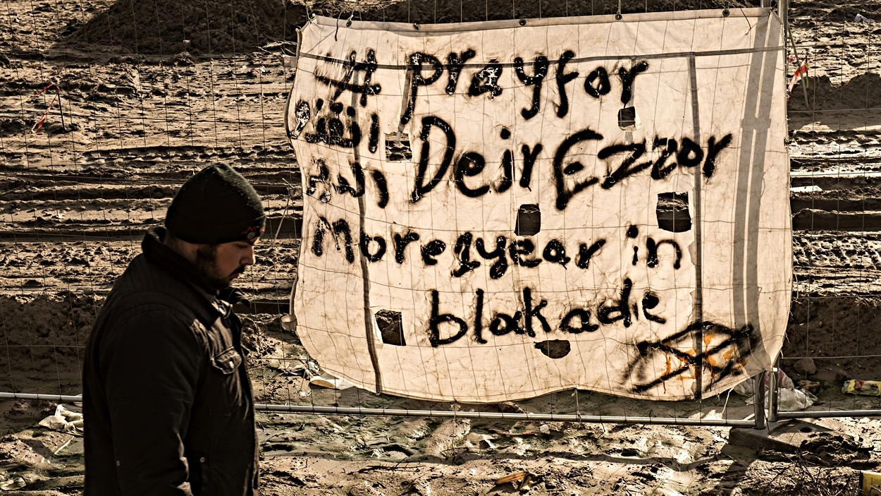 « Priez pour Deir Ezzor », peut-on lire sur ce drapeau.