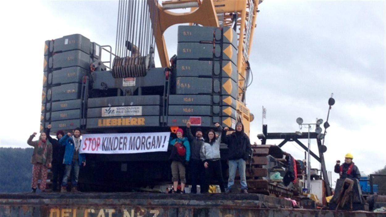 Des manifestants sur une barge de la compagnie Kinder Morgan au large de Burnaby