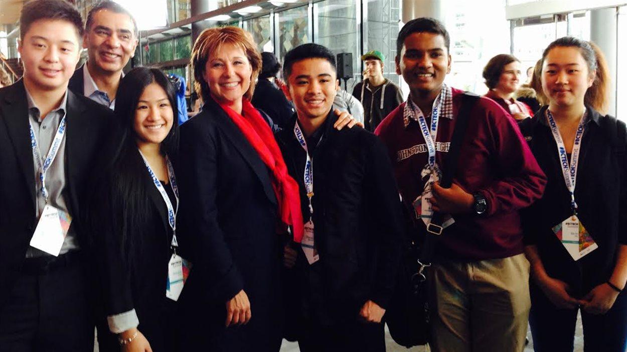 Christy Clark entourée de jeunes lors du premier sommet sur les nouvelles technologies à Vancouver.