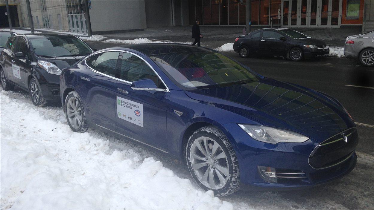 Une voiture Tesla en test au Salon de l'auto de Montréal