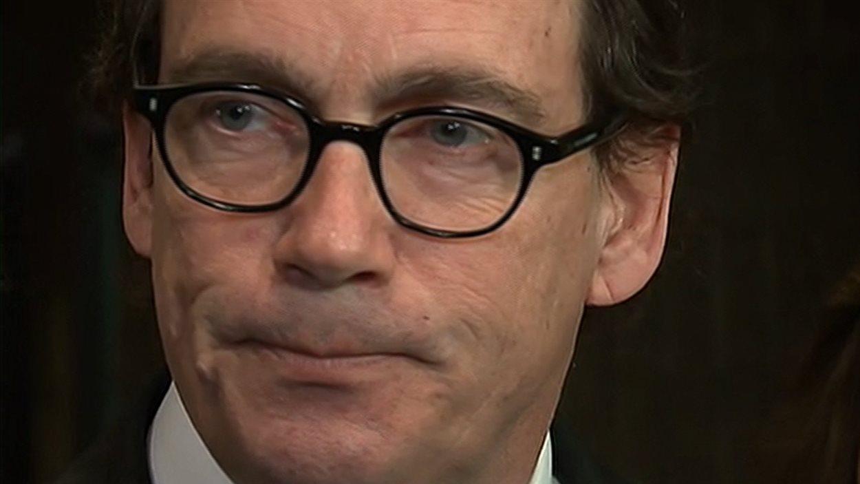 Le chef du PQ, Pierre Karl Péladeau, envisage de mettre en demeure le PLQ pour les propos du ministre Jean-Marc Fournier sur le financement de l'Institut de recherche sur la souveraineté.