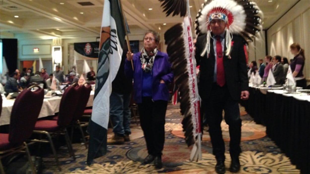 Le Grand chef de la Nation Nishnawbe Aski, Alvin Fidler (à droite) lors de l'ouverture de la réunion des chefs à Thunder Bay.