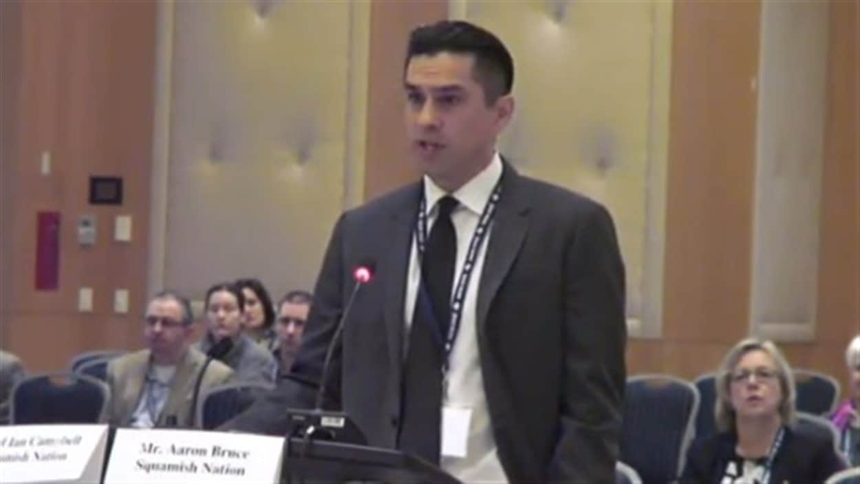 Aaron Bruce lors des audiences de l'Office national de l'énergie au sujet de Trans Mountain.