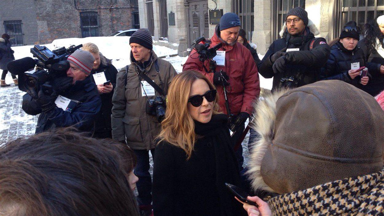 Julie Snyder à l'extérieur de la basilique Notre-Dame, où René Angélil était exposé en chapelle ardente