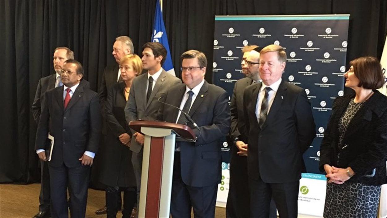 Le maire de Montréal et président de la CMM, Denis Coderre, entouré de plusieurs autres maires de la région