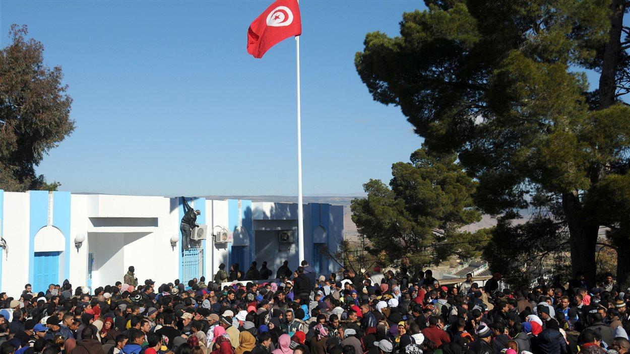 Des manifestants se sont rassemblés devant le siège du gouvernorat de Kasserine.