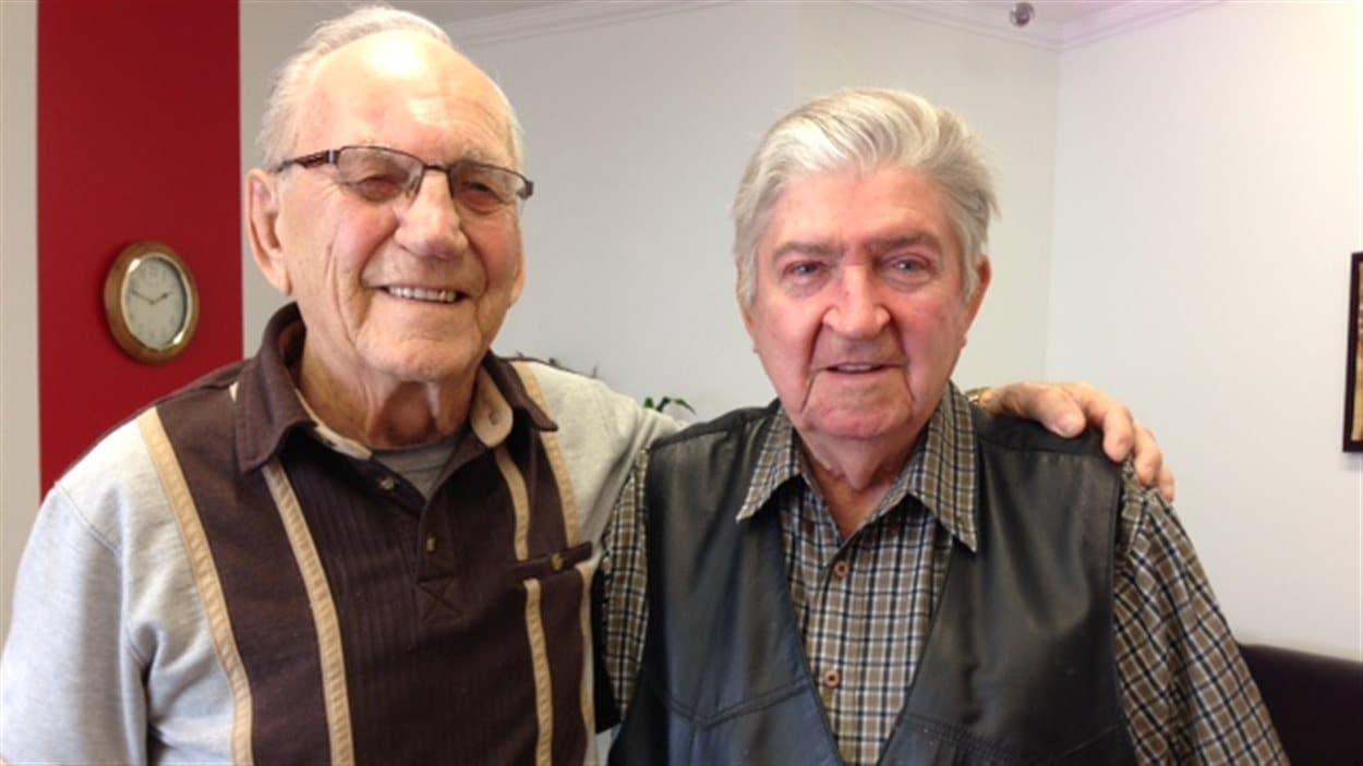 Normand Caron (gauche) et Roland Fortier (droite) vétérans de la Seconde Guerre mondiale.