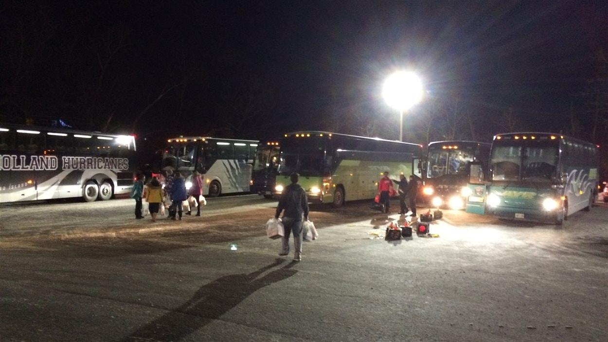 Jusqu'à 14 autobus arrivent à la fois à Mont-Tremblant, pleins de jeunes skieurs.