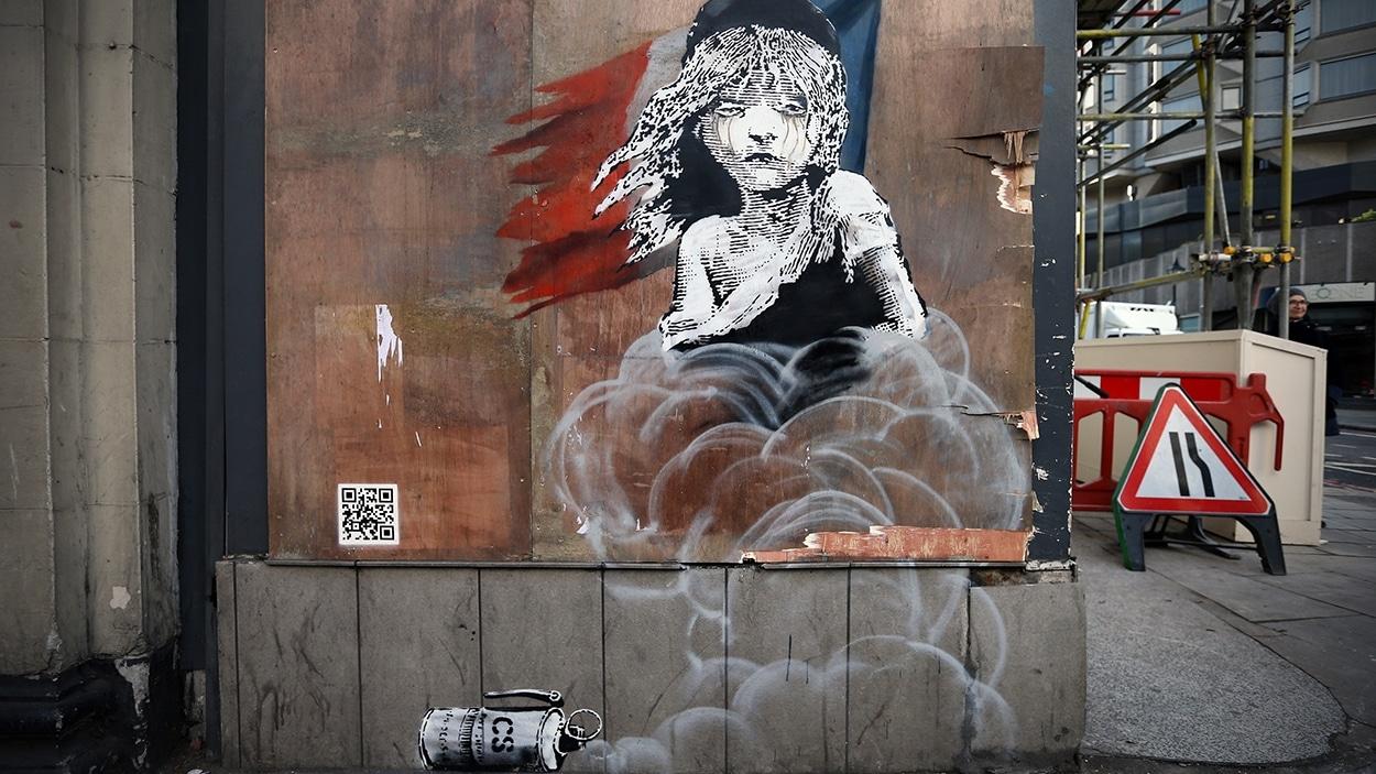 L'oeuvre de Banksy près de l'ambassade de France à Londres