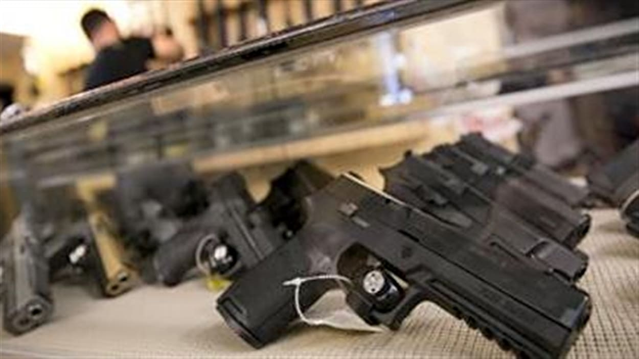Les Canadiens sont de plus en plus amateurs d'armes à feu à autorisation restreinte qui comprennent notamment les armes de poing. Au Canada, depuis 2010, le nombre de détenteurs de permis pour la possession et l'acquisition de ce type d'arme a bondi de 75%. Détails avec le journaliste Maxime Corneau.