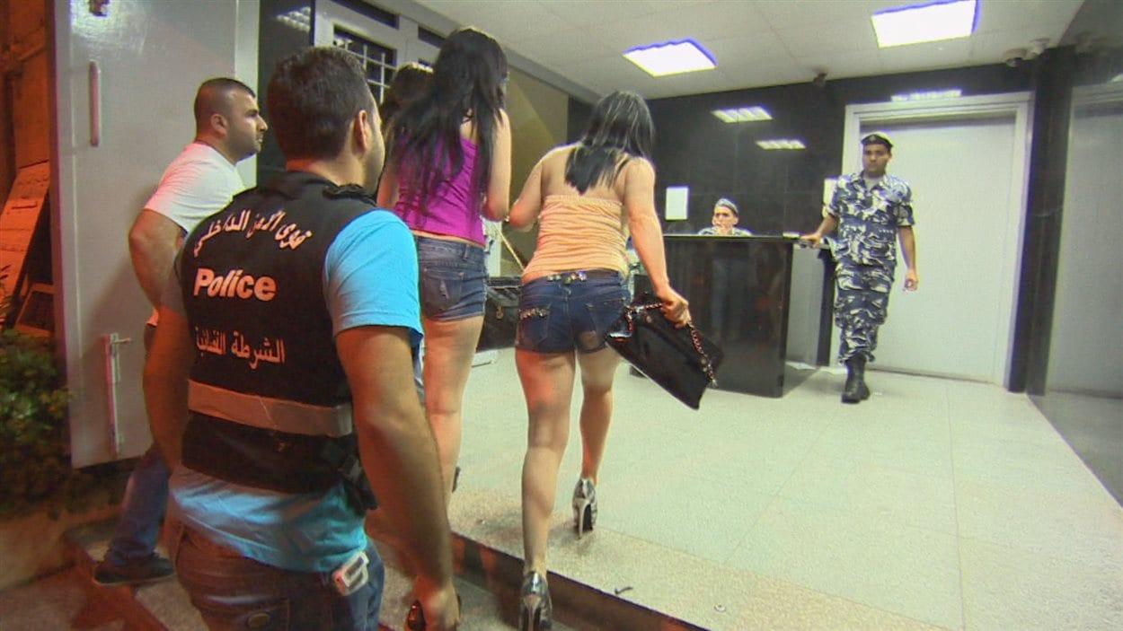 Des prostituées entrent dans un poste de police à Jounieh, au Liban