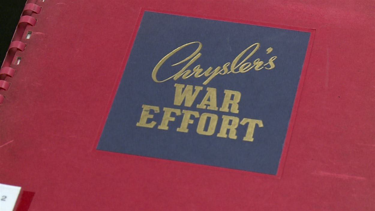 Un manuel sur l'effort de guerre de la compagnie Chrysler.