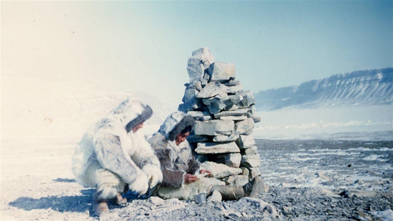 Cairn : pratique de signalisation adoptée par Jean Malaurie, accompagné de Kutsikitsoq. Dans le cairn, il y avait un message indiquant son itinéraire.