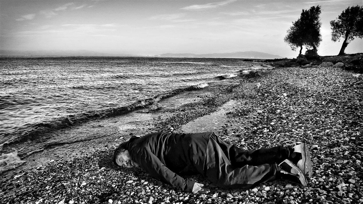 L'artiste Ai Weiwei pose en Alan Kurdi sur une plage de Lesbos