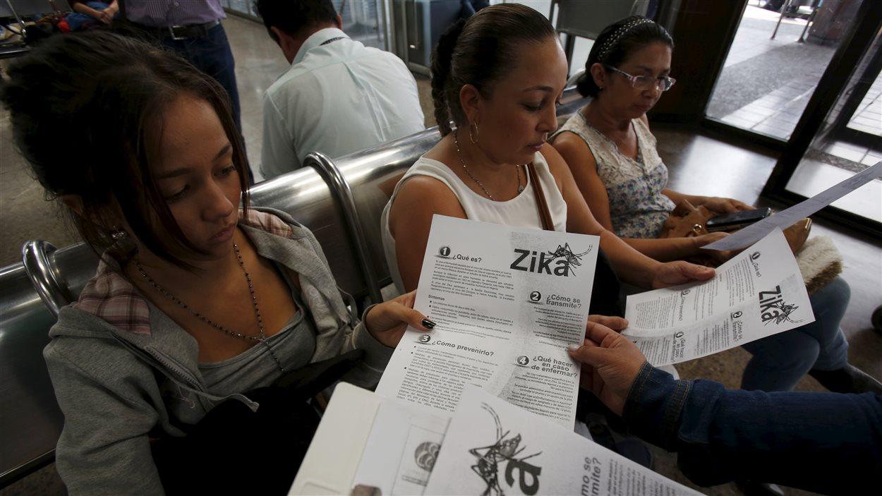 En Colombie, des femmes arrivées au terminal de transport de Bogota sont informées du virus par une travailleuse de la santé.