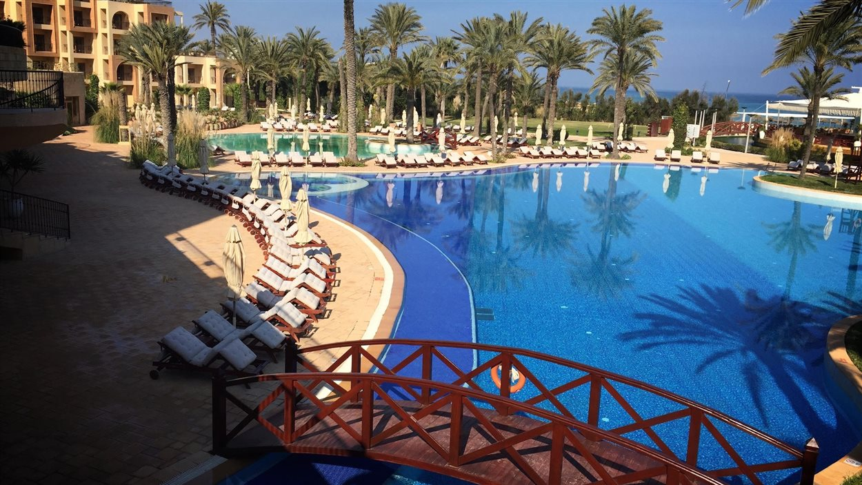Un calme plat règne sur cet hôtel de Sousse, en Tunisie. Les clients boudent le pays par crainte d'attentats terroristes.