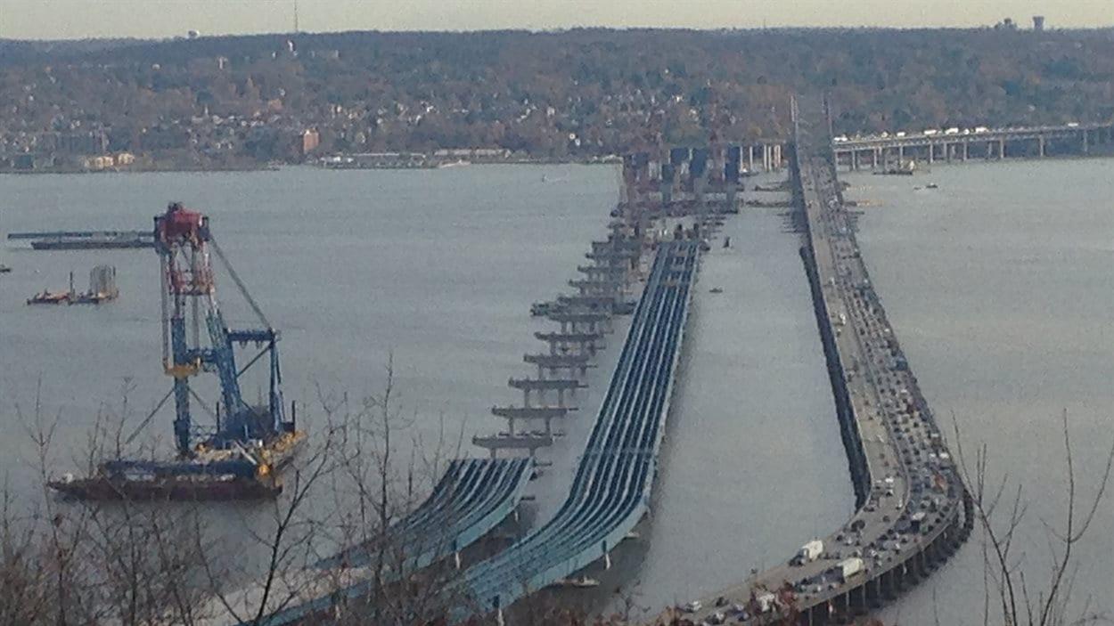 À gauche, le nouveau pont