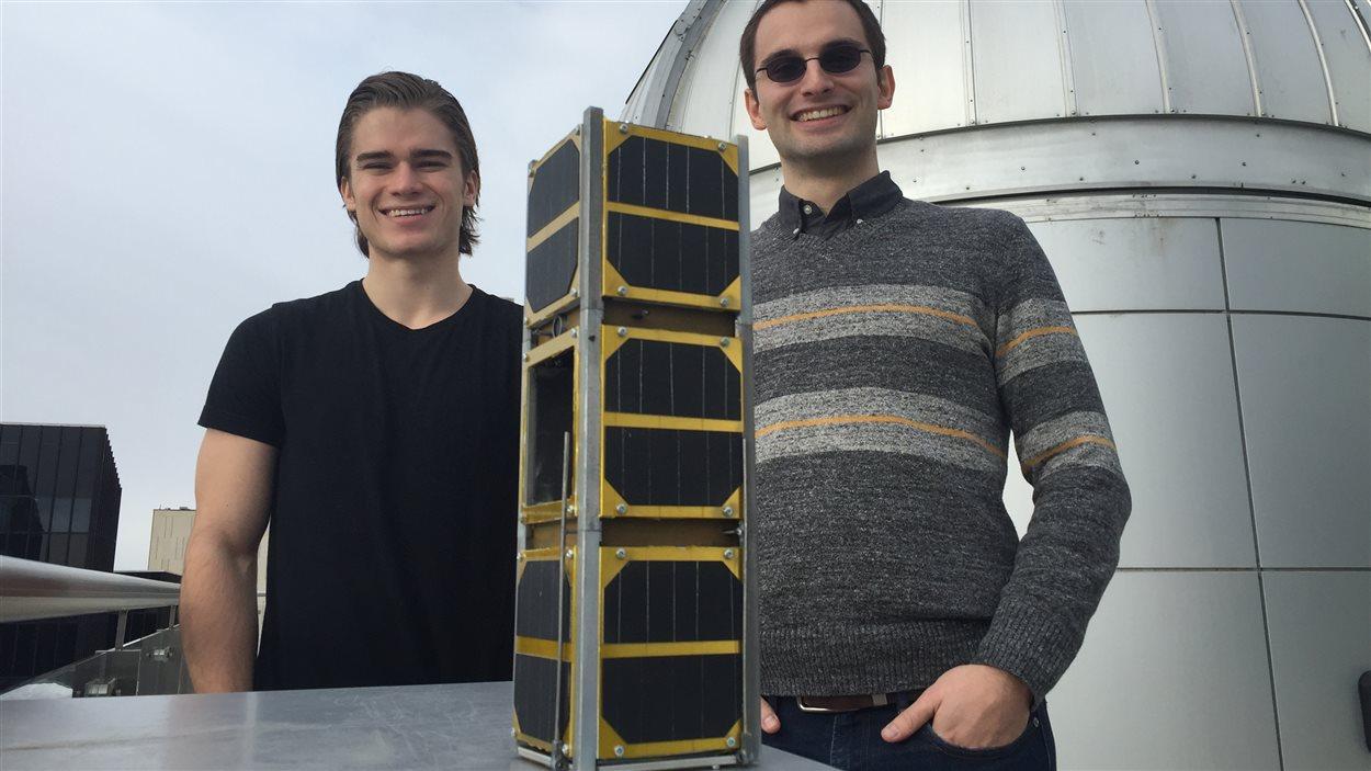 Tyler Hrynyk et Charles Nokes avec le satellite cube EX Alta 1 à l'Université de l'Alberta