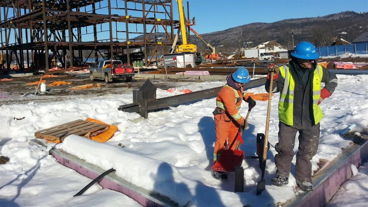 Travailleurs à l'oeuvre sur le chantier de construction du nouveau centre hospitalier de Baie-Saint-Paul