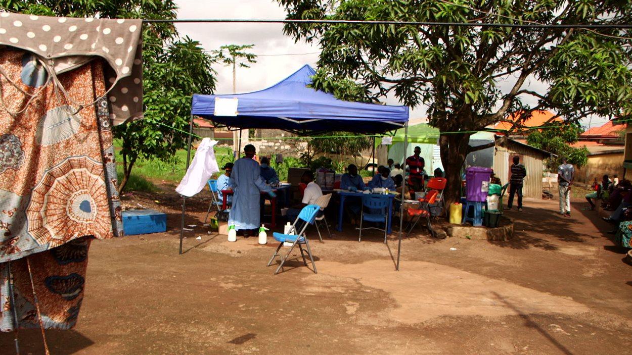 Une équipe de vaccination de l'Organisation mondiale de la santé à l'oeuvre dans la communauté de Kaqbélen Plateau, en Guinée.
