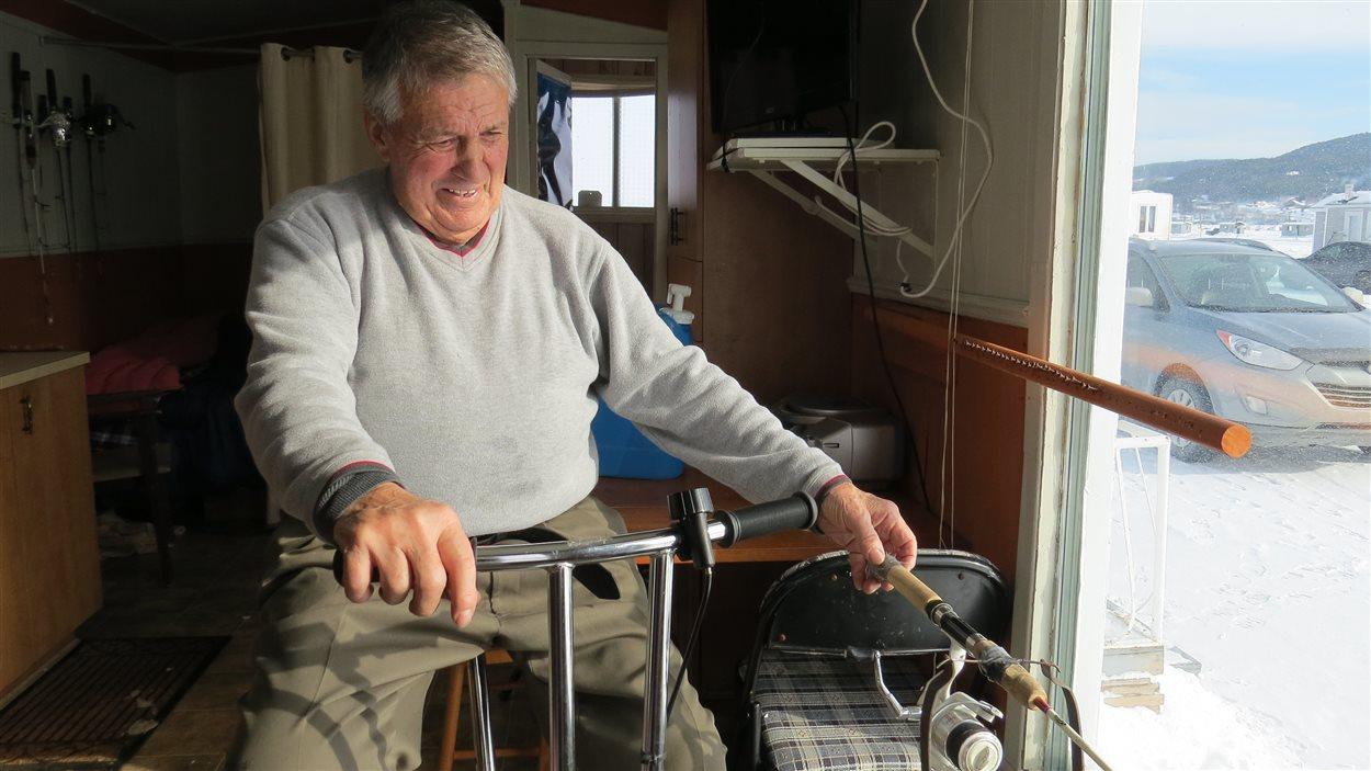 Marc Bernier pêche en faisant du vélo stationnaire dans sa cabane.