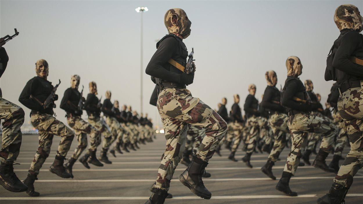 Les forces saoudiennes prennent part à une parade militaire.