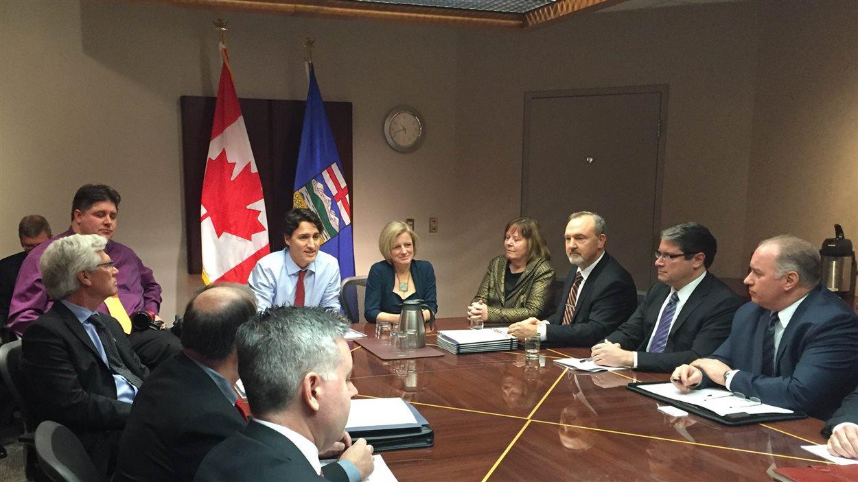 Justin Trudeau et Rachel Notley avec des membres de l'industrie pétrolière et gazière à Calgary