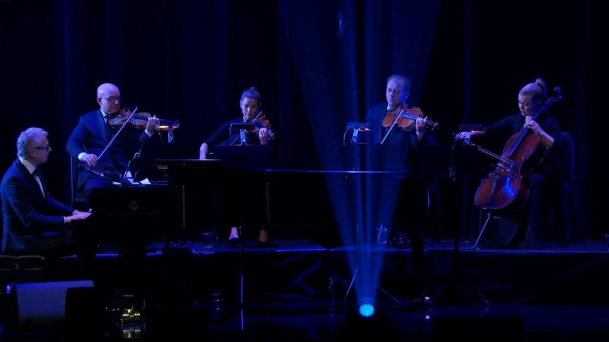 Un orchestre interprète des succès de Céline Dion
