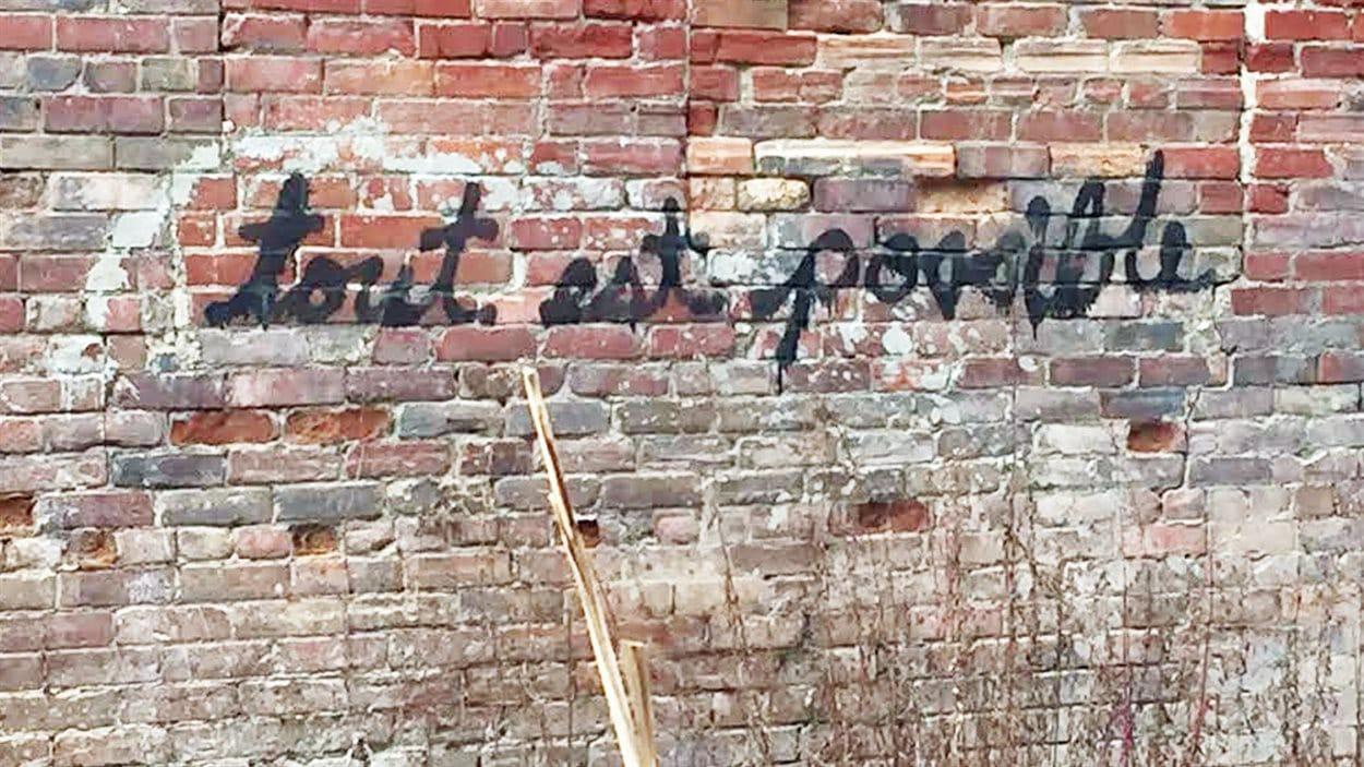 L'un des graffitis «tout est possible», à Toronto
