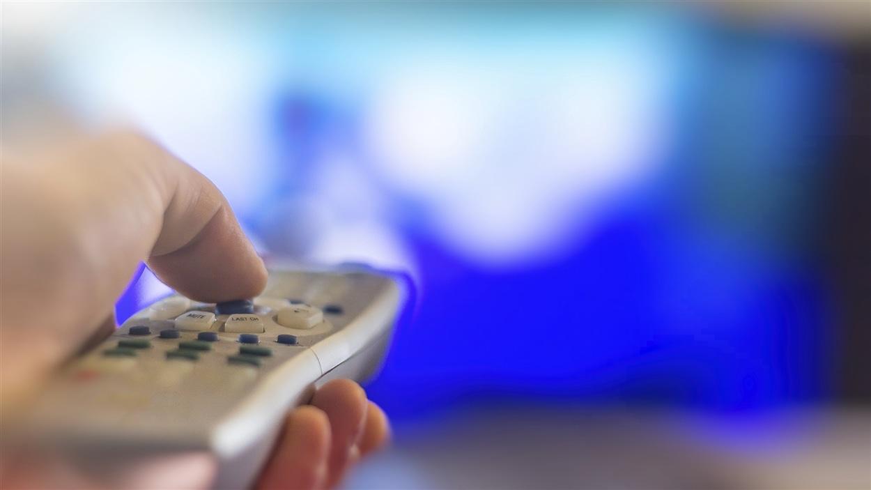 Une télévision et une télécommande.