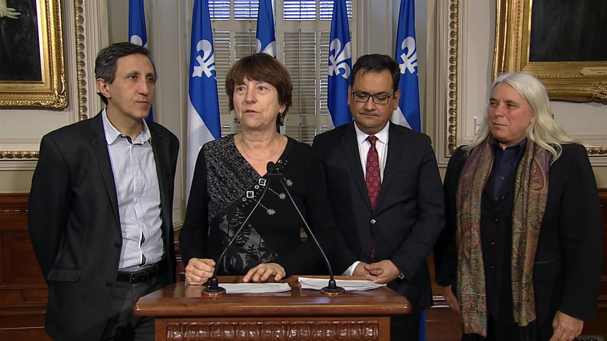 Les co-porte-parole de QS, Amir Khadir et Françoise David, le président du parti, André Fontecilla et la députée Manon Massé, la veille de la rentrée parlementaire de janvier 2016.