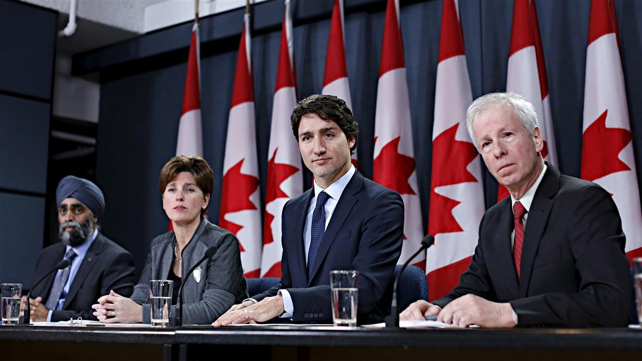 Le premier ministre Justin Trudeau (deuxième à partir de la droite), entouré du ministre de la Défense Harjit Sajjan, la ministre du Développement international Marie-Claude Bibeau et du ministre des Affaires étrangères Stéphane Dion