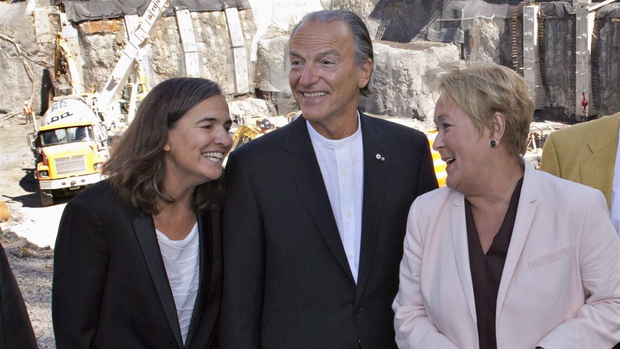De gauche à droite : Line Ouellet, directrice générale du Musée national des beaux-arts du Québec, le président de son conseil d'administration Pierre Lassonde et la première ministre de l'époque Pauline Marois, en septembre 2013, devant le nouveau pavillon en construction.
