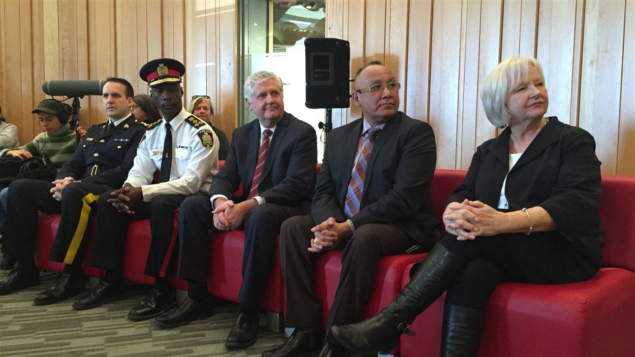 de g. à d. commissaire adjoint de la GRC, Kevin Brosseau, le chef de la police de Winnipeg Devon Clunis, le ministre de la Justice du Manitoba Gord Mackintosh, le chef Ron Evans, et Joy Smith.