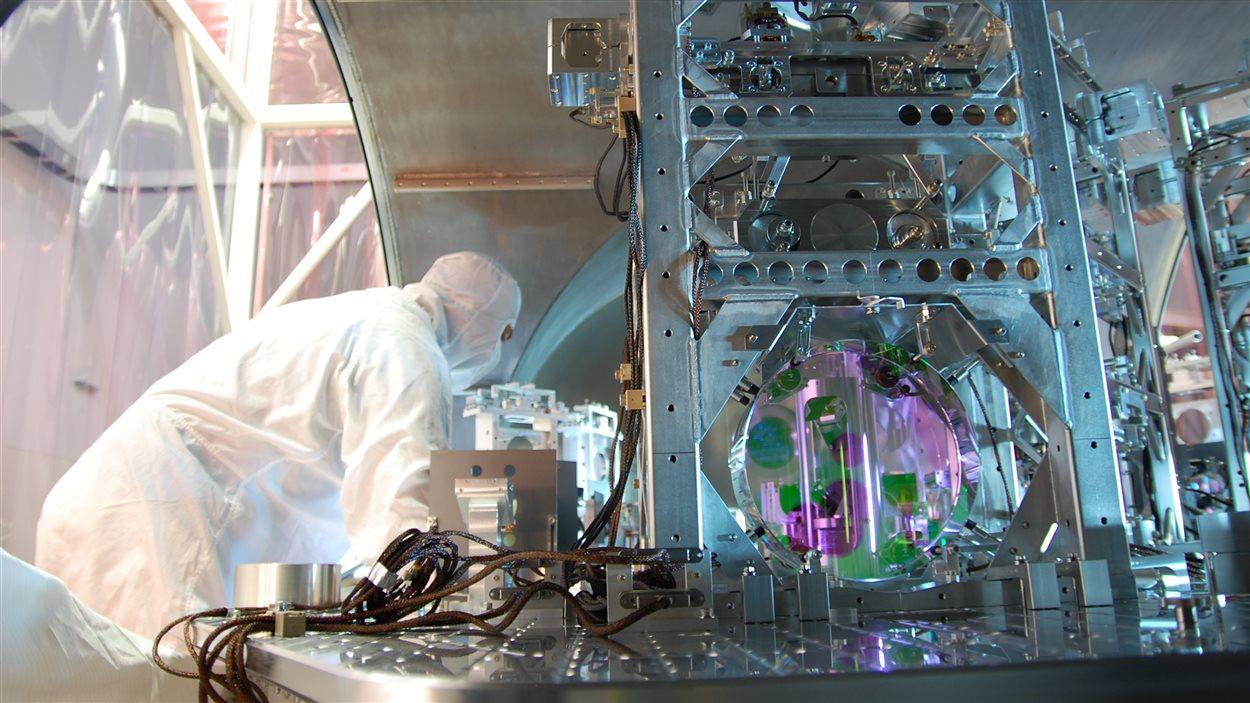 Un chercheur travaille sur l'un des instruments d'un détecteur de l'Observatoire LIGO.