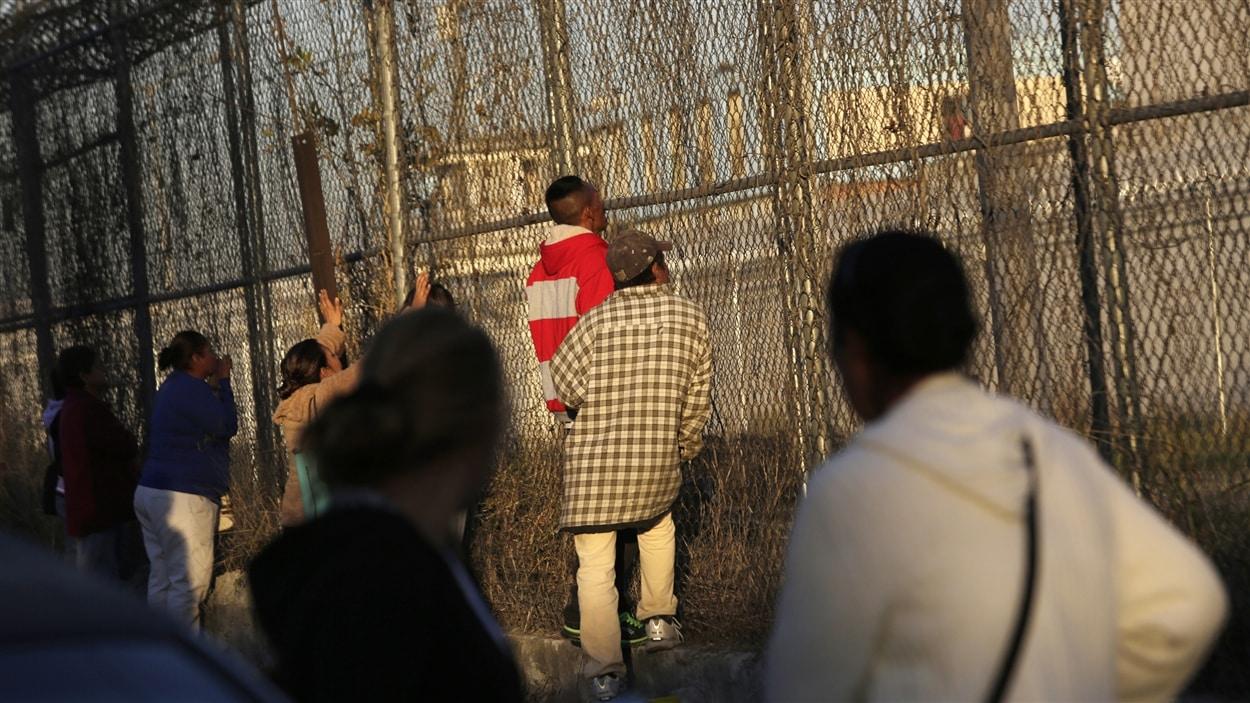 Inquiets, des proches de détenus se sont rassemblés devant la prison Topo Chico, de Monterrey, au Mexique, après une émeute réprimée dans le sang.