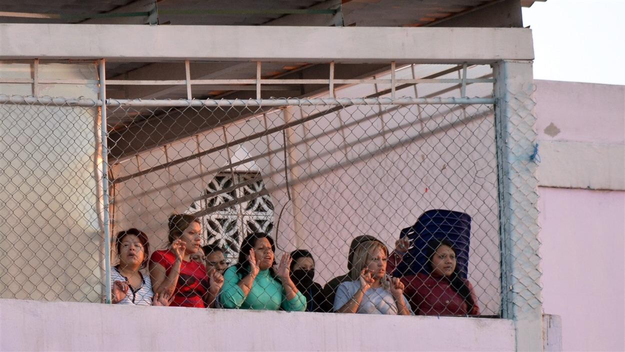 Des détenus tentent de communiquer avec leurs proches du haut d'une tour de la prison de Topo Chico.