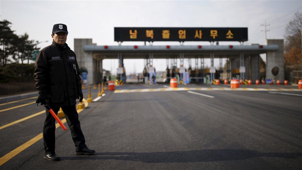Un agent de sécurité sud-coréen se tient devant l'entrée de la zone de Kaesong.
