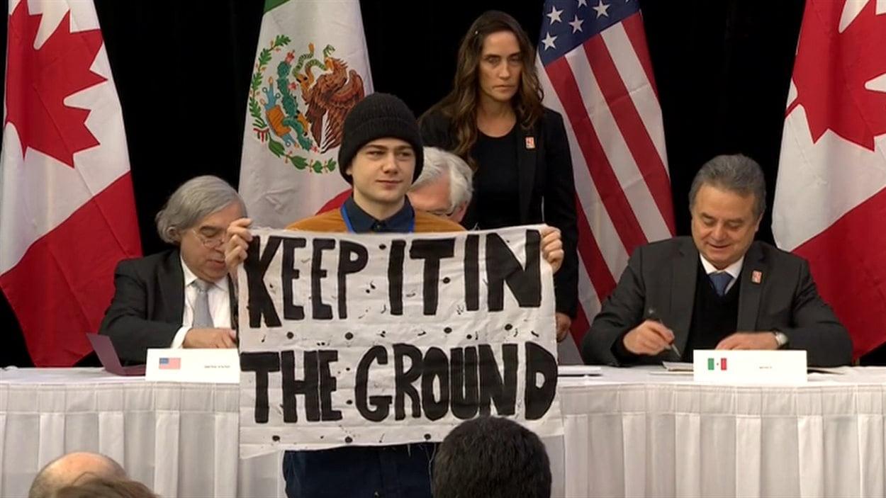 Un manifestant contre l'exploitation du pétrole a brièvement perturbé la cérémonie de signature du protocole d'entente. «Gardez-ca dans le sol», pouvait-on lire sur sa banderole. Il a été rapidement intercepté par des gardiens de sécurité, qui l'ont expulsé.