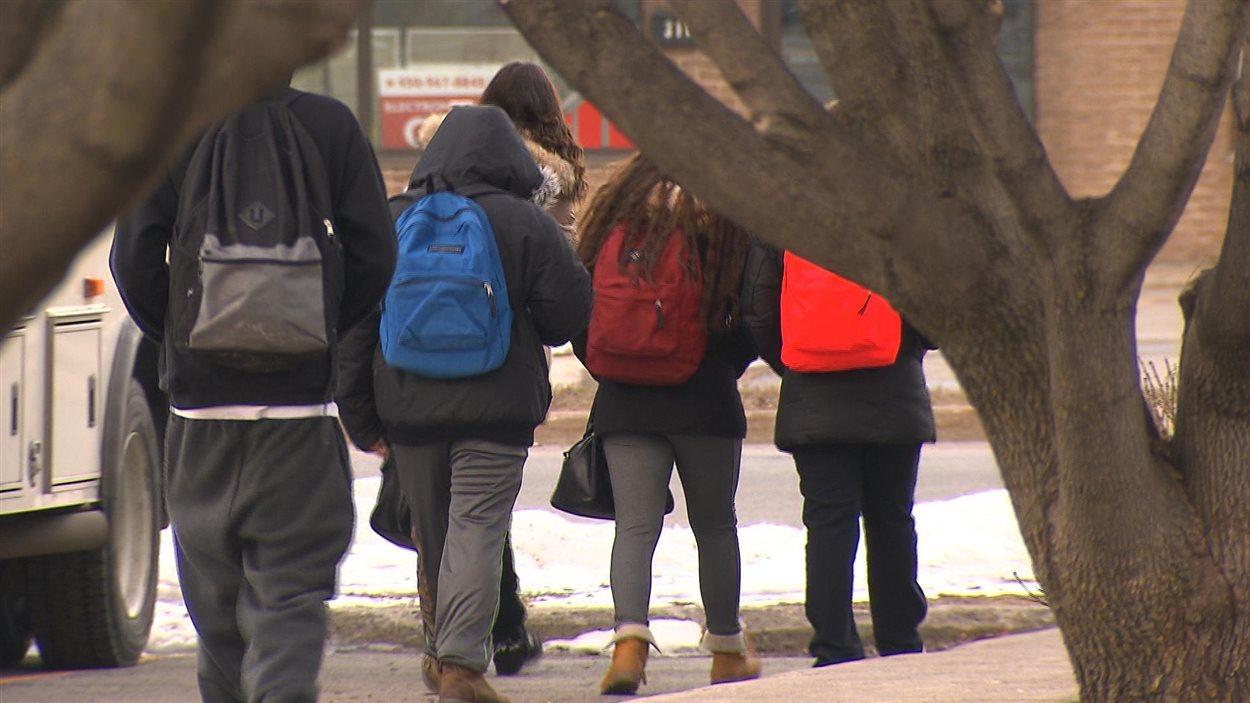 Des jeunes de dos s'éloignent du centre jeunesse de Laval